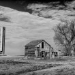 Abandoned Farmhouse and Silo in Black and White — Stock Photo