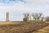 Abandoned Farmhouse and Silo — Zdjęcie stockowe