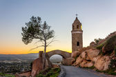 The sun sets behind the World Peace Bridge at Mount Rubidoux Par — Stock Photo