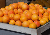 Oranges at Grocer's Fruit Stand — Stock Photo