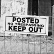 No Trespassing Sign in Black and White — Stock Photo