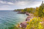берега озера верхнее на крыжовник государственный парк в вертикальном — Стоковое фото