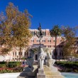 University of Southern California water fountain and statue in f — Stock Photo