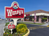Wendy's fast food restaurant exterior and sign. — Stock Photo