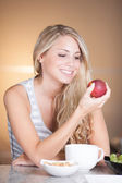 Young beautiful woman enjoying healthy breakfast in the kitchen — Stock Photo