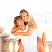 Young beautiful couple enjoying a summer day — Stockfoto
