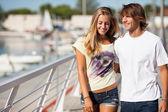 Giovane coppia bella godendo una passeggiata — Foto Stock