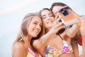 Tres novias bellas joven divirtiéndose en la playa con un — Foto de Stock