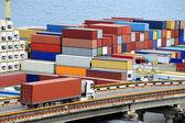Recipiente de transportes de caminhão para armazém perto do mar — Foto Stock