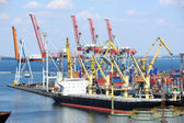 Navio é descarregado no porto — Foto Stock