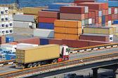 Camión transporta contenedores almacén cerca del mar — Foto de Stock