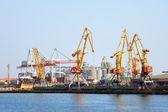 Almacén portuario con cargas y contenedores — Foto de Stock