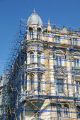 Extensive scaffolding on a building in downtown — Стоковое фото