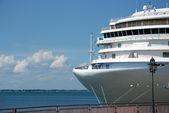 O navio de passageiros está ancorado no porto — Foto Stock