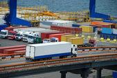 Witte vrachtwagen vervoer container — Stockfoto