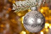Palla di natale sul ramo di albero di abete — Foto Stock