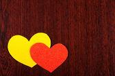 Dos corazones sobre fondo de madera — Foto de Stock