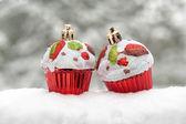 Kar üzerinde iki oyuncak kek — Stok fotoğraf