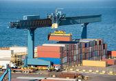 El camión en el puerto de carga de contenedores — Foto de Stock