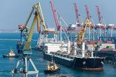 Vrachtschip en een sleepboot boot in de haven — Stockfoto