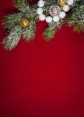 рождественские украшения на красном — Стоковое фото