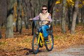 男孩骑着自行车在公园里 — 图库照片