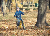 Boy rides a bicycle in park — ストック写真