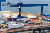 Camión transporta contenedores de almacén, cerca del mar — Foto de Stock