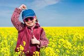 Dívka v žlutém poli řepky — Stock fotografie