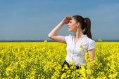 Business-Frau Blume im Feld — Stockfoto