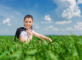 Business girl relaxing on field — Stockfoto