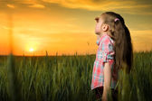 Girl looking at sunset — Stockfoto