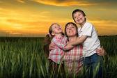 Glückliche familie bei sonnenuntergang — Stockfoto