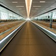 Dynamic view of moving walkway in international airport, Delhi, India — Foto Stock