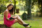 Beauté de lecture dans la nature — Photo