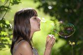 Teen blåser bubble — Stockfoto