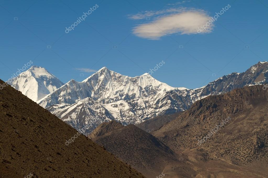 Landscape of annapurna mountains peaks in Nepal — Stock Photo #13378709