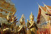 Standbeeld van boedha en tempel — Stockfoto