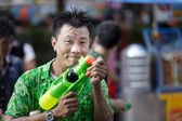 Thai songkran festival: man holding squirt gun — Stock Photo