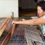 Thai woman weaving straw mat — Stock Photo