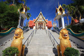 Golden lion guarding statues in Thai temple — Stock Photo