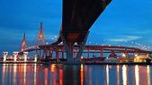 Bhumibol Suspension Bridge at twilight in Bangkok — Stockfoto