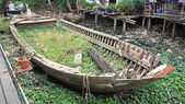 Rotted and abandoned row wooden boat — Stock Photo