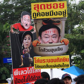 Thai protesters raise anti amnesty bill plates — Stock Photo