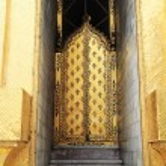 Luxury artificial door at Wat Phra Kaew — Stock Photo #39106961