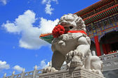Chinese Lion statue against blue sky in Chinese Temple, wat leng nei yi — Стоковое фото