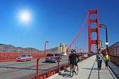 People walk on Golden gate footpath, San Francisco — Stock Photo