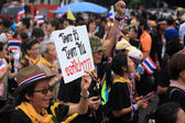 Woman raises deposal plate to against Thai government — Stock Photo