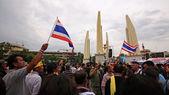 Manifestantes antigubernamentales se reúnen en el monumento de la democracia — Foto de Stock