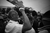 Old anti-government man blows whistle and raise Thai flag — Stock Photo